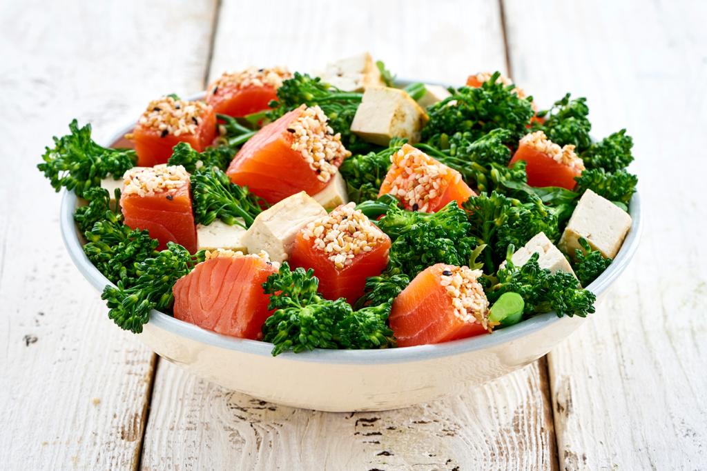 Atévete a maridar salmón ahumado con wok bimi y tofu